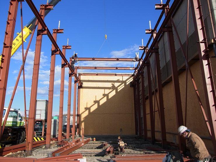 クレーンを吊る為、3階に匹敵する躯体を組んでいきます。